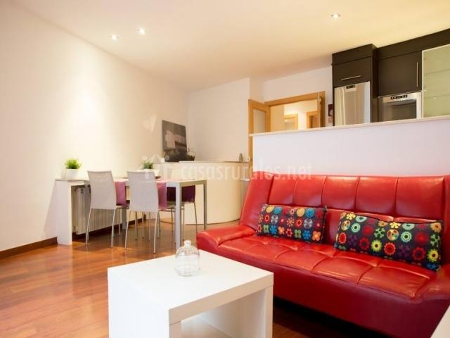 Apartament font del lle casas rurales en caldes de - Salon con sofa rojo ...