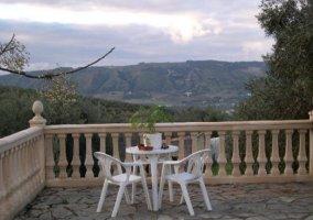 Amplia terraza amueblada con vistas