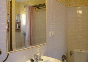 Amplio cuarto de baño con ducha y espejo