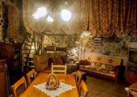 Sala de estar con comedor y escaleras en un lateral
