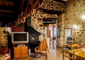 Sala de estar con muro de piedra vista y muebles