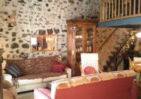 Sala de estar con sillones enfrentados y alacena