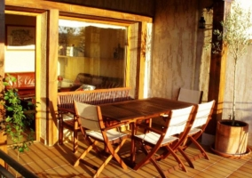 Acceso a la terraza de la casa en madera
