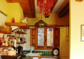 Cocina con ventanas y vitro