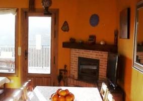 Sala de estar con chimenea que comunica con la cocina