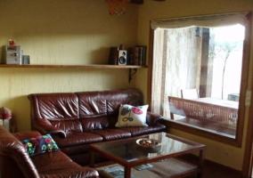 Sala de estar con los sillones de cuero marrones