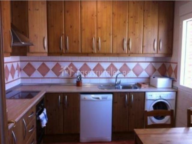 Cocina equipada con muebles de madera