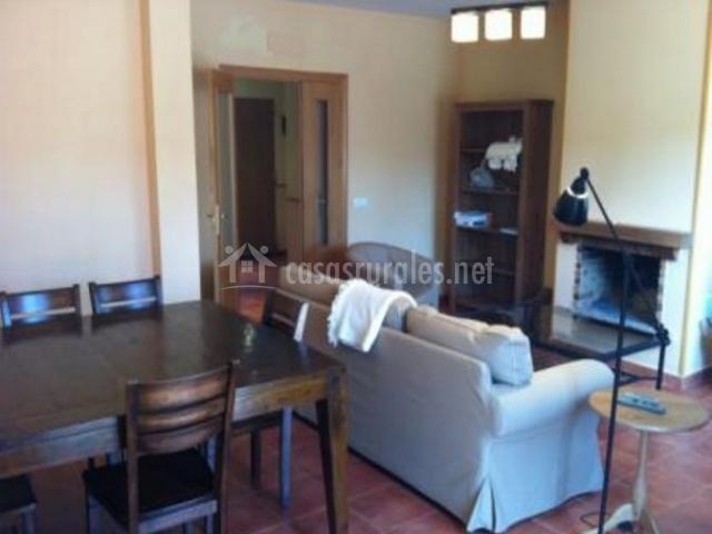 Sala de estar y comedor con mesa robusta