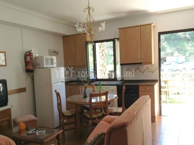 Apartamento 1 las palmeras en cangas de onis asturias for Sala de estar y cocina