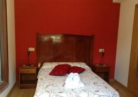 Dormitorio doble con pared roja