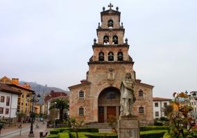Iglesia de la Asunción y monumento a Don Pelayo