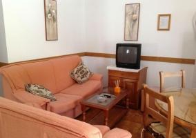 Sala de estar con mesa redonda