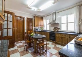 Cocina con office y muebles de madera