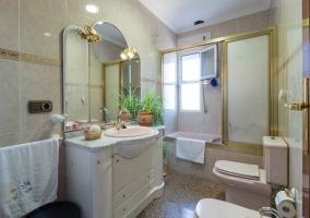 Cuarto de baño completo con ducha amplia