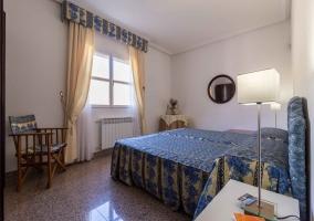 Dormitorio doble con cabecero acolchado