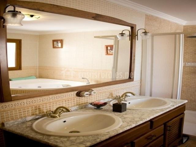 Baño con un gran espejo