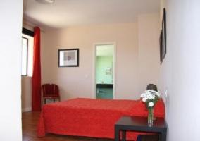Dormitorio doble con colcha en rojo