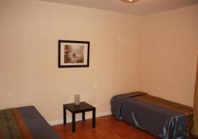 Dormitorio doble con mesilla en el centor