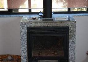 Sala de estar con chimenea negra