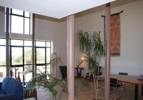 Sala de estar con cristaleras