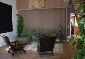 Sala de estar con sillones en color verde
