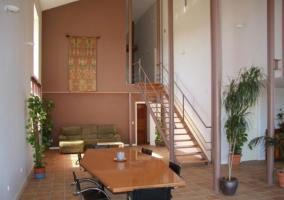 Sala de estar y mesa de madera al lado
