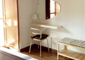 A Dormitorio doble con techos abuhardillados