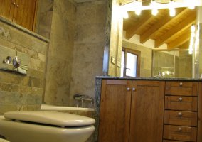 Baño de madera de la casa rural