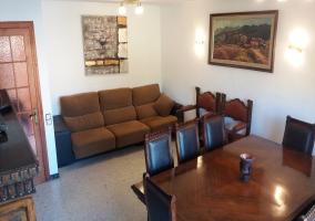 Sala de estar con mesa de comedor
