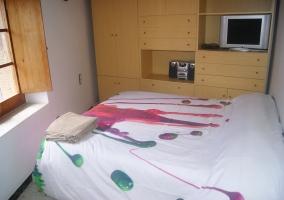 Dormitorio de la casa con tele