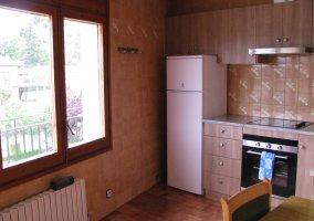 Cocina con ventana de la casa rural