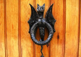 Llamador de forja en la puerta de una de las casas