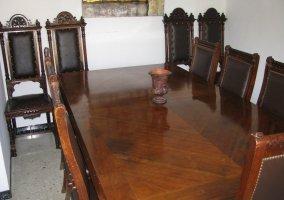 Mesa de madera de la casa rural