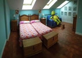 Dormitorio con parte abuhardillada de la casa rural
