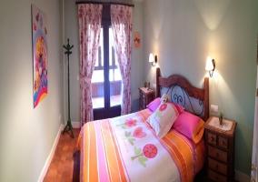 Dormitorio con dos camas de la casa rural y sofá