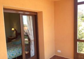 Dormitorio con perchero y decoración colorida