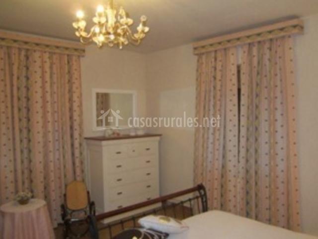 Habitación principal con cómoda y mesitas de noche