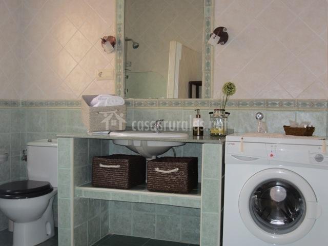 Baño común con lavadora