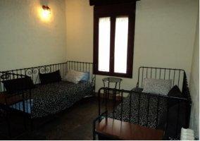 Dormitorio doble de forja de la casa rural.