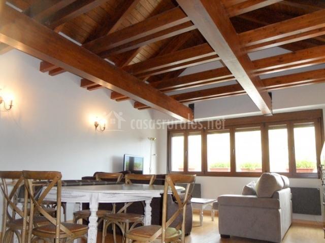Mesa de comedor en sala de estar con ventanal