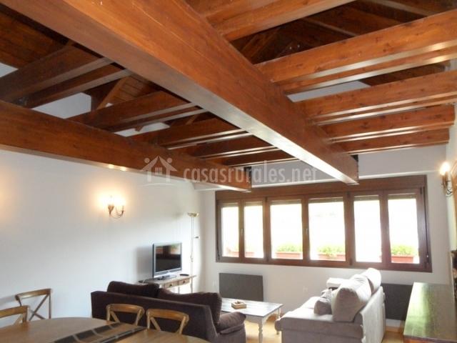 Sala de estar con dos sillones y mesa de comedor