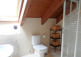 Aseo con techo abuhardillado y ducha