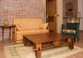 Sala de estar con mesa redonda y sillas
