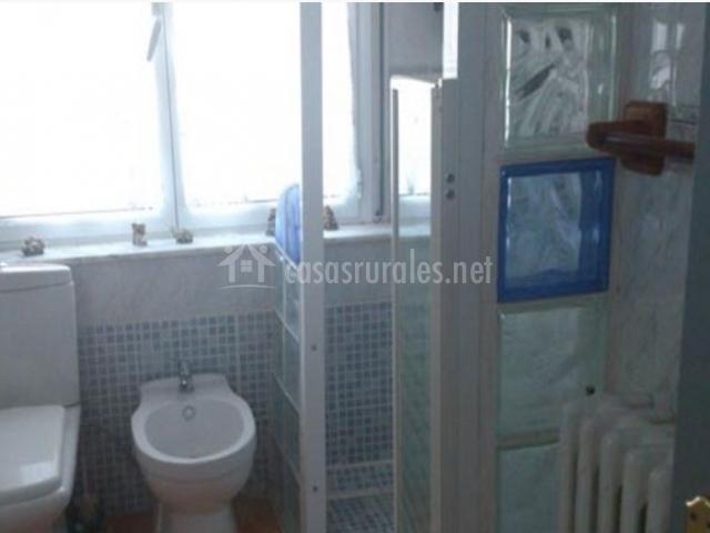 Aseo luminoso con ducha en blanco y azul