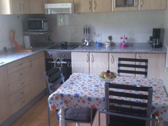 Cocina completa y con mesa en el centro
