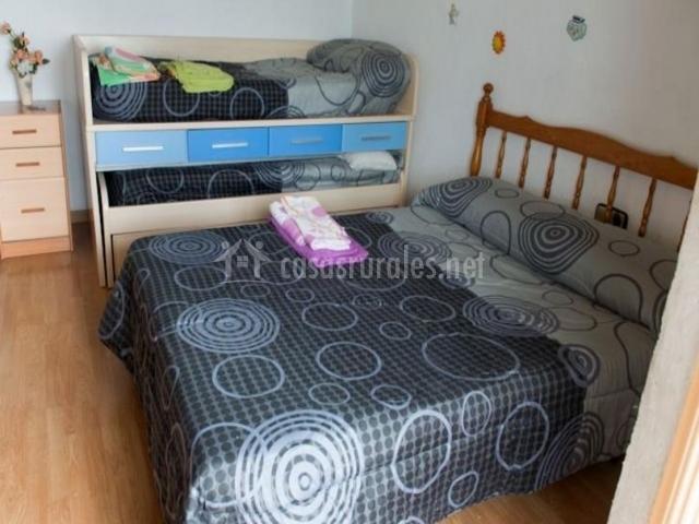 Dormitorio de matrimonio con individuales al lado