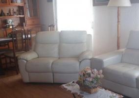 Sala de estar con gran televisor