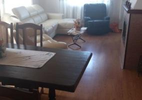 Sala de estar con mesa de comedor y mueble de madera