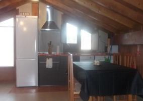 Sala de estar con sillones bajo los techos de madera