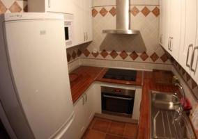 Cocina con muebles de madera blanca